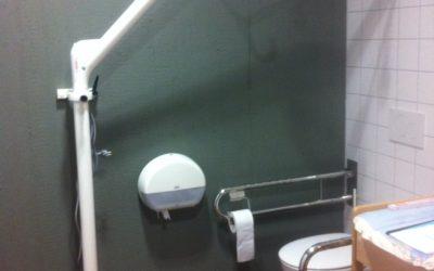 CURATOR Wandlift in öffentlicher Toilette für alle im Einsatz